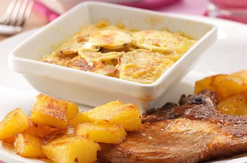 Zoete aardappelgratin met varkenskotelet en gebakken ananas