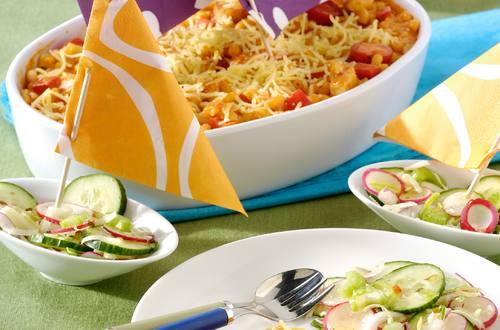 Bateau de macaroni rouge au poulet et salade de crudités