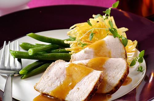 Filet glacé à la confiture, croquants de pommes de terre et haricots verts