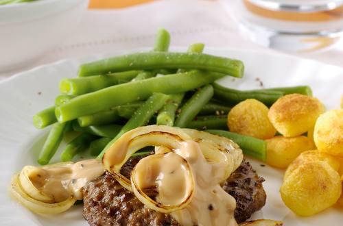 Beefburgers grillés, rondelles d'oignons et sauce tomate