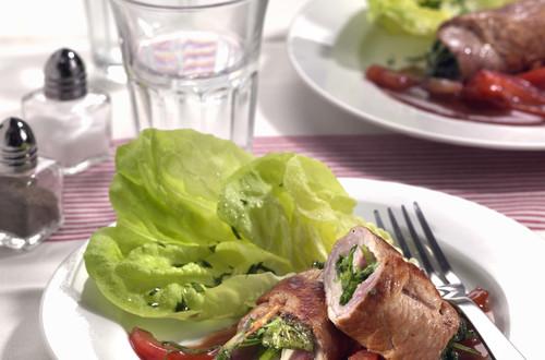 Kalbfleischröllchen_auf_Rotwein-Tomaten