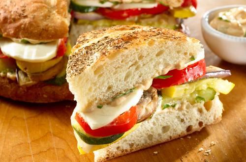 Sandwich mit Röstgemüse und Basilikum-Mayonnaise
