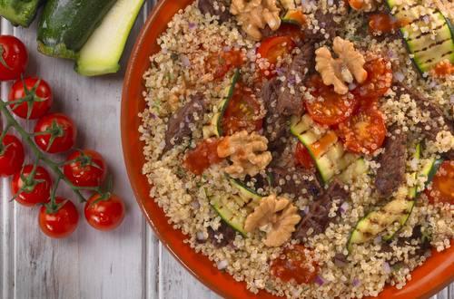 Quinoa mit Rindfleischstreifen und gegrillter Zucchini