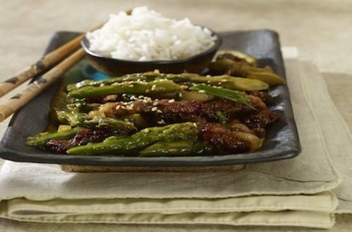 Wok van asperges en rundvlees