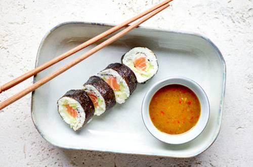Gezonde sushi met rammenasrijst, avocado, zalm en wasabi