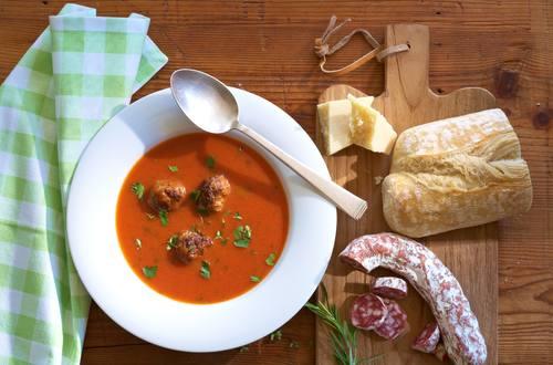 Tomatensuppe Toscana mit Feta-Hackbällchen