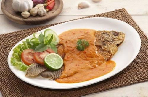 Ikan goreng siram bumbu taliwang