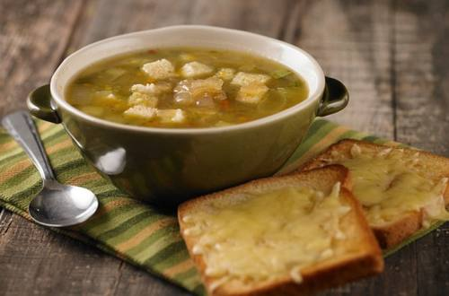 Sopa clara de verduras Knorr con cebollas caramelizadas y cr...
