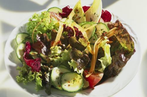 Knorr - Sommerlicher Blattsalat mit Karotten, Sellerie und Pilzen