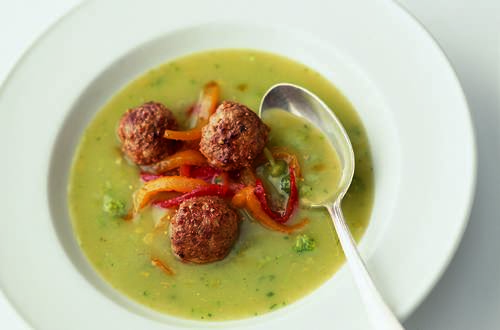Broccoli-Suppe_mit_Hackfleischbaellchen_und_Peperoni