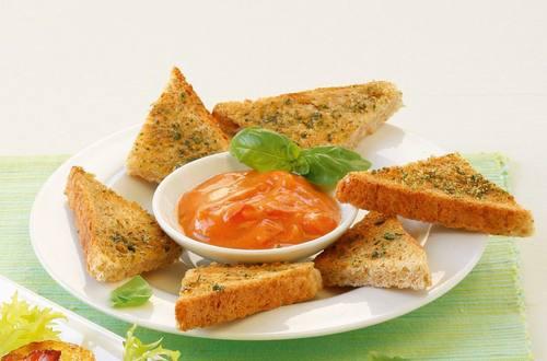 Knorr - Vollkorn-Crostini mit Tomaten-Basilikum-Dip