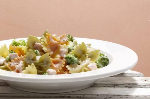 Bertolli Farfalle tricolore mit Broccoli-Schinken-Sauce