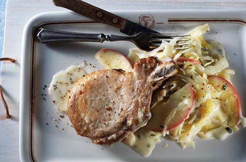 Côtelettes de Porc Braisées aux Pommes, au Chou et aux Poireaux les Soirs de Semaine