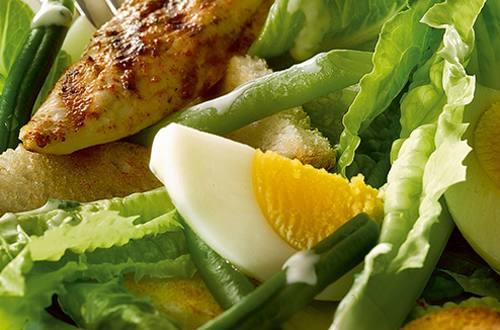 Salade César au poulet grillé, haricots verts et croûtons