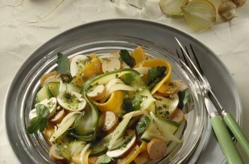 Gemüsesalat mit Würstchen