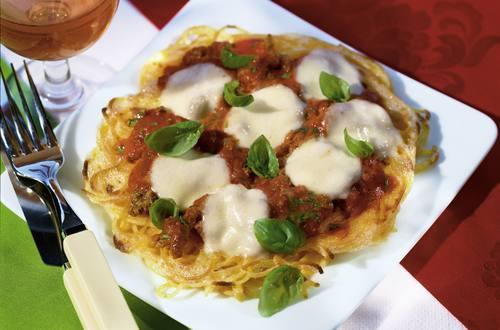 Knorr Bolognese-Pasta-Pizza mit Basilikum