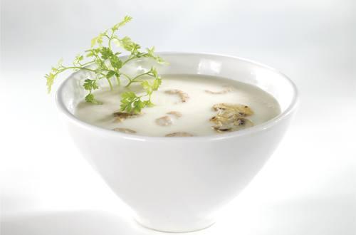 Witte groentensoep met garnalen