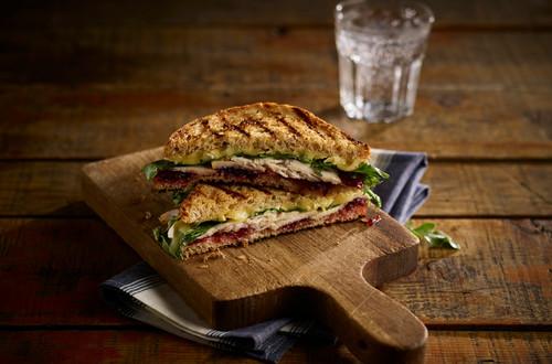 Sandwich à la dinde grillée, au brie et aux canneberges.