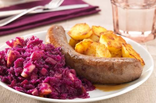 Rode kool met worst en gekookte aardappelen