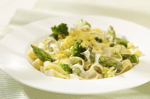 Pasta a la carbonara con espárragos y brócoli