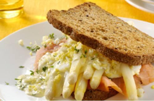 Asperge-maaltijdsandwich met gerookte zalm, gekookte eitjes en t
