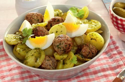 Kartoffel-Mettbällchen-Salat