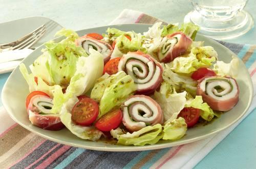 Knorr - Eisbergsalat mit Schinken-Mozzarella-Röllchen