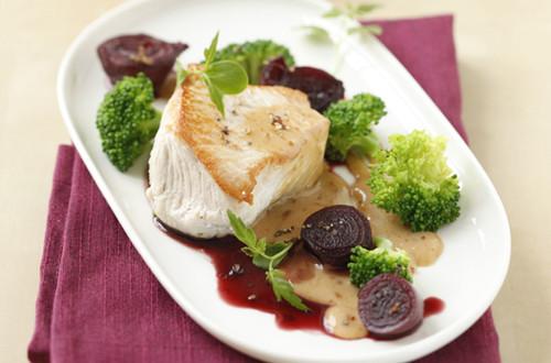 Putensteak in Rahmsauce mit Rotweinschalotten