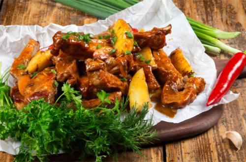 Свиные ребра в медовом соусе с картофелем