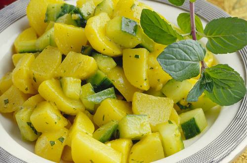 Kartoffelsalat_mit_Gurke_und_Minze_(Aloo_Podina_Chat)