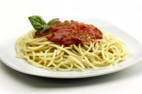 Spaghetti con salsa filetto y albahaca
