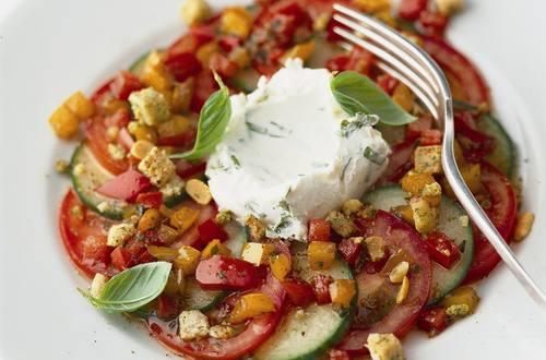 Carpaccio de tomate et concombre à la vinaigrette tiède aux poivrons et crème de mascarpone au basilic
