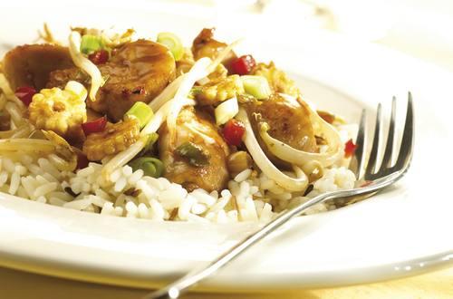 Poulet sauté teriyaki aux légumes orientaux, parfumé au gingembre et à l'ail