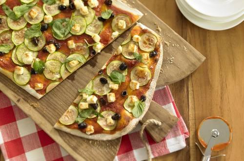 Paprika-Pizza mit Zucchini, Schafskäse