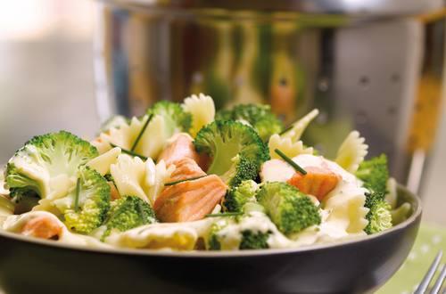 Farfalle met broccoli en zalm