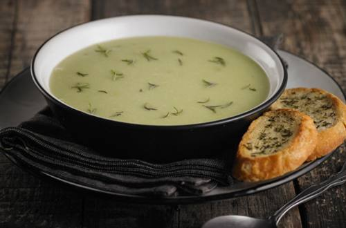 Sopa crema de arvejas, pan de campo al romero y gallina de campo