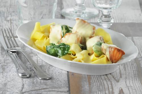 Pasta mit Lachs und frischem Spinat Ausschnitt