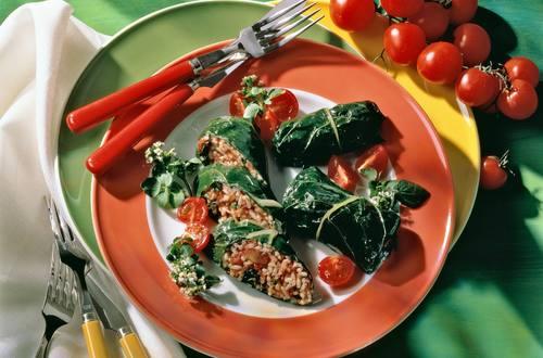 Mangoldroellchen_mit_Reis-Pignoli-Fuelle_in_Kaese_Sauce