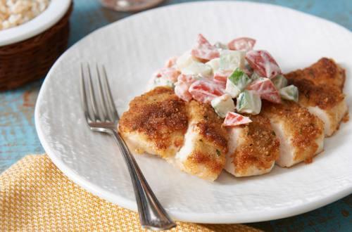 Pollo con corteza de parmesano y bruschetta refrescante para el verano
