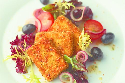 Gebackener_Schafskaese_in_Croûtons_paniert_auf_Salat_mit_Oliven_und_Tomaten