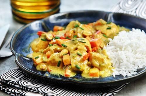 Pollo grillado con salsa de curry y leche de coco