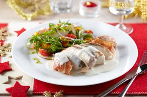 Kipfilet met Parmaham, roquefortsaus en frisse salade