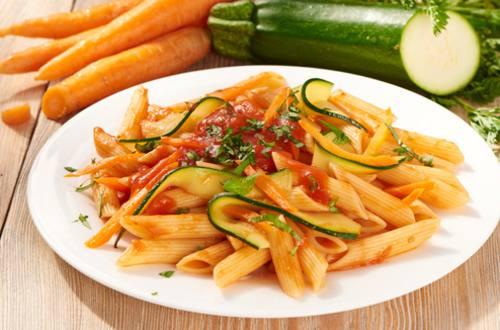 Macarrones con verduras y salsa de tomate