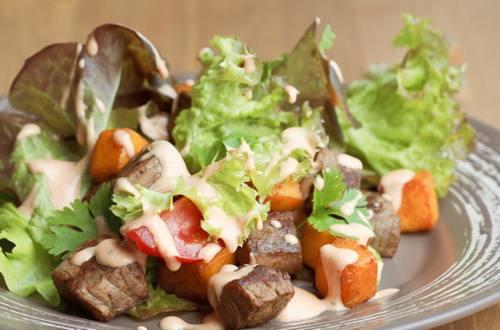 Салат с нежной говядиной и тыквой