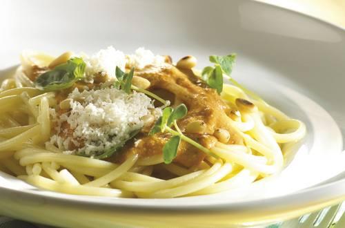 Spaghettis accompagnés de sauce aux légumes italienne, aux pignons de pin et au