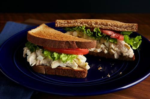 Receta casera de sándwich de ensalada de pollo