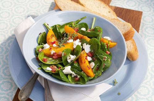 Knackiger Spinatsalat mit Pfirsichen Ausschnitt