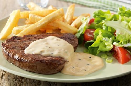 Steak à la sauce au poivre, salade mixte et frites