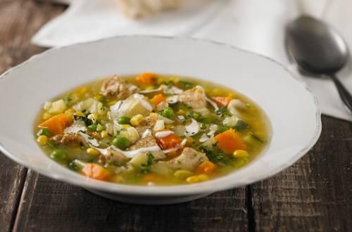 Sopa de verduras con pollo al curry