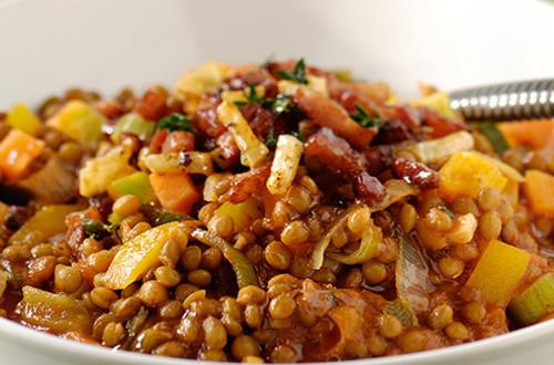 Lentilles et potée de légumes à l'ail, au thym et aux lardons